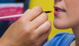 构成和秀丽治疗。唇膏构成妇女 库存图片