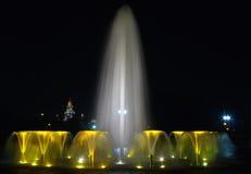 构成喷泉晚上 库存照片
