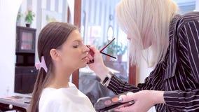 构成妇女与模型的眼睛一起使用 股票视频