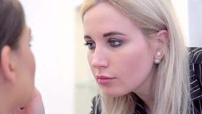 构成妇女的面孔有金发特写镜头的在她的期间与模型的嘴唇一起使用 影视素材