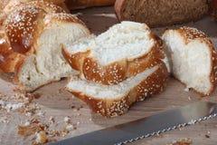 构成用与刀子特写镜头的切的柳条面包 库存图片