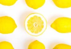 构成用九个柠檬,他们中的一个切成了两半,照片舱内甲板放置样式 免版税库存照片