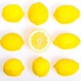 构成用九个柠檬,他们中的一个切成了两半,照片舱内甲板放置样式 库存图片