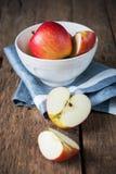 构成用在木桌上的红色切口苹果 免版税库存图片