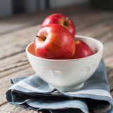 构成用在木桌上的红色苹果,方形的图象 免版税库存照片