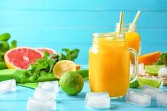 构成用在金属螺盖玻璃瓶和柑橘水果的新鲜的汁液 库存图片