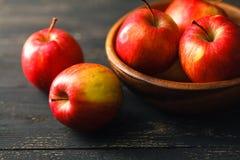 构成用在黑暗的木桌上的红色苹果 免版税库存图片