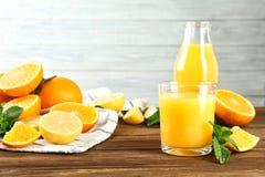 构成用新鲜的汁液和柑橘水果 库存照片