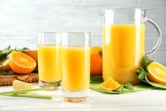 构成用新鲜的汁液和柑橘水果 免版税库存照片