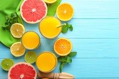 构成用新鲜的汁液和柑橘水果 免版税库存图片