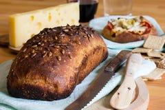 面包、乳酪和酒 免版税库存图片