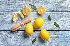 构成用柠檬和木柑橘绞刀 免版税图库摄影
