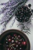构成用樱桃和无核小葡萄干和花淡紫色果子在白色背景 免版税库存图片