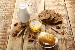 构成用牛奶、蜂蜜和面包 图库摄影