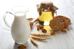 构成用牛奶、蜂蜜和面包 免版税库存照片