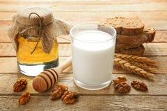 构成用牛奶、蜂蜜和面包 免版税库存图片