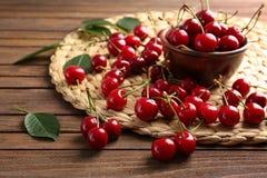 构成用甜成熟樱桃和碗 免版税库存图片