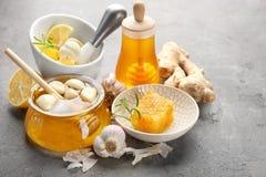 构成用蜂蜜和大蒜 免版税库存图片