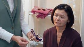 构成的专业老师visagiste训练学生在主要类的成熟皮肤的在秀丽学校 构成为 影视素材