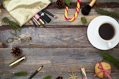 构成的化妆用品和在木后面的圣诞节装饰 免版税库存图片