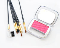 构成面颊和构成刷子 在白色背景的桃红色化妆粉末 免版税图库摄影