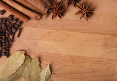 构成香料的构成在木头的 库存照片