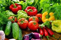 构成以新鲜的有机蔬菜和水果品种  免版税库存照片