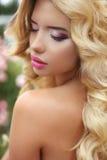 构成 有白肤金发的长的波浪发的美丽的女孩 礼服方式金黄设计 免版税库存图片