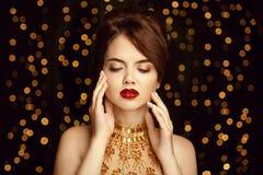 构成 有被镀青铜的皮肤的美丽的少妇接触她的面孔 图库摄影