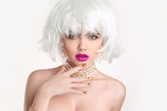 构成 白肤金发的妇女突然移动发型 时尚秀丽女孩画象 免版税库存照片