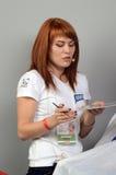 构成Intercharm XII国际香料厂和化妆用品陈列莫斯科秋天红头发人大师在工作 库存照片