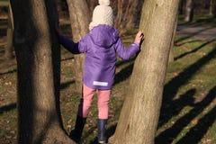 结构树的一个女孩 免版税库存图片