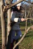 结构树的一个女孩 免版税库存照片