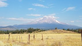 构筑一座积雪覆盖的山的领域 免版税图库摄影