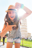 构筑在比萨前面斜塔的妇女  图库摄影