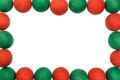 构筑在白色背景隔绝的红色和绿色圣诞节球 免版税库存图片