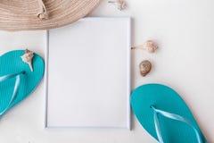 构筑在白色背景,文本的,暑假,干净的分钟copyspace的大模型典雅的女性草帽蓝色拖鞋海壳 库存图片