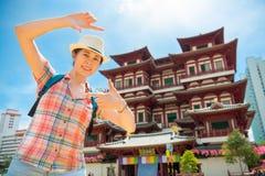 构筑在菩萨牙遗物寺庙,新加坡的愉快的少妇 免版税库存图片