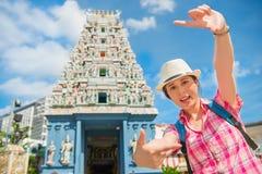 构筑在Sri Mariamman寺庙,新加坡的愉快的少妇 免版税库存图片
