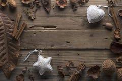 构筑干燥叶子和白色圣诞节玩具的设计师 库存图片