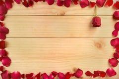 构筑形状由玫瑰花瓣做成在木背景, Valentin 库存照片