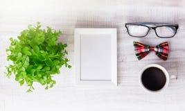 构筑空模板男性咖啡设计观念的背景 图库摄影