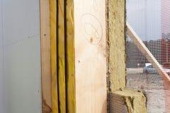 结构被绝缘的盘区特写镜头与矿物rockwool绝缘材料和干式墙的 免版税库存图片
