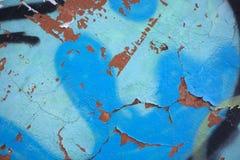 构造土耳其玉色崩裂的墙壁、油漆芯片的老破坏纹理和镇压  难看的东西设计的墙壁纹理 库存图片