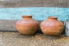 构造在一种化合物的外部与在前面的罐在石渣 图库摄影