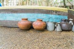 构造在一种化合物的外部与在前面的罐在石渣 免版税库存照片