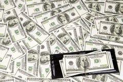 构造很多100 dollarsand被打开的钱包 免版税库存照片