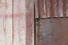 构造木头和锌墙壁、木头和锌铁锈纹理地板老肮脏的背景 免版税库存照片
