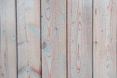 构造轻的木头板与下落的表面上 木头的湿气保护 图库摄影