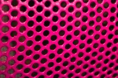 构造金属绘与与黑孔迷人的triphofobia的桃红色光滑的油漆 免版税图库摄影